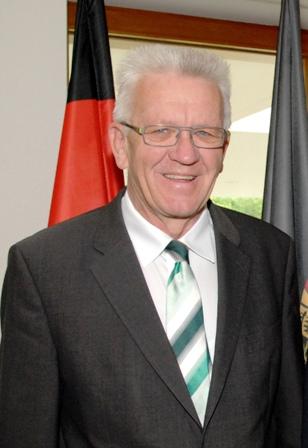Ministerpräsident Winfried Kretschmann (l.) und der Botschafter der Vereinigten Staaten von Amerika, John B. Emerson (l.), am 8. Mai 2015 in der Vertretung des Landes Baden-Württemberg beim Bund in Berlin